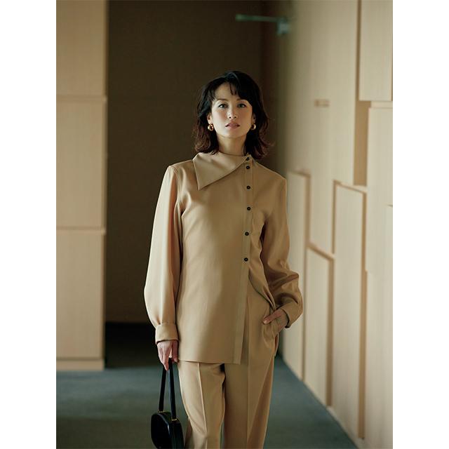 華ありベージュと アシンメトリーな襟もと で魅せる、モダンな一着