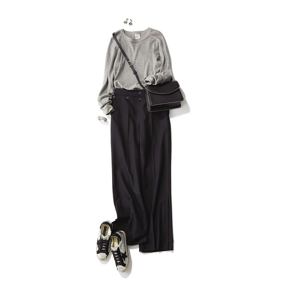 シルバースニーカー×グレーニット&黒パンツのファッションコーデ