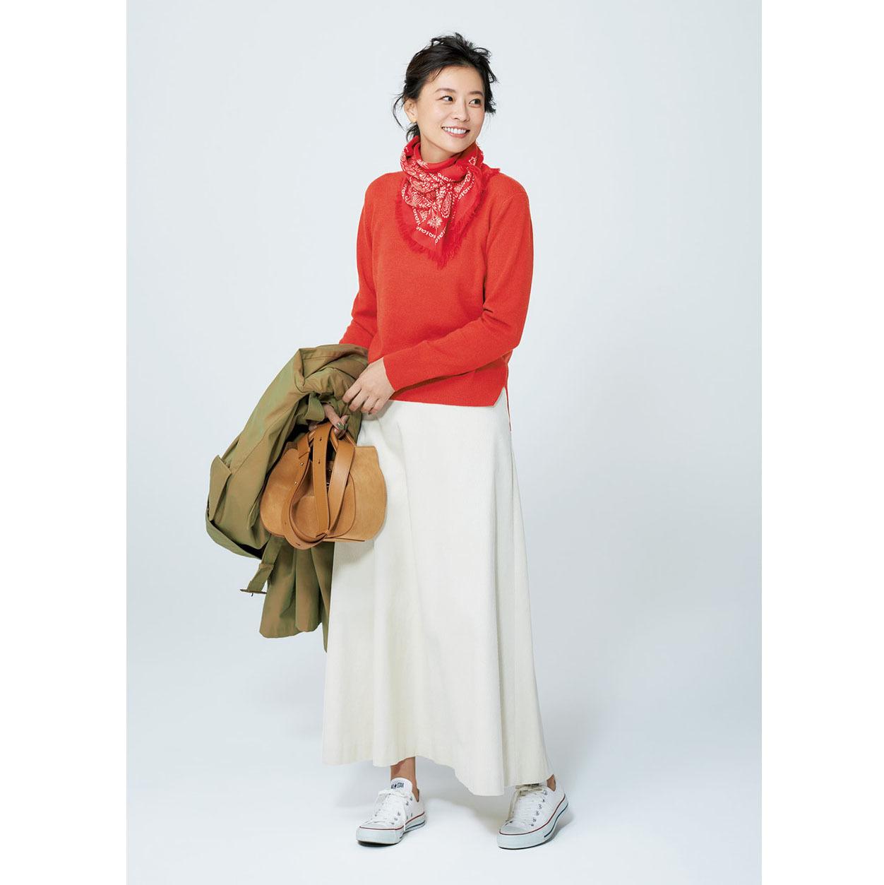 白コンバースのローカットスニーカー×オレンジニット&白スカートのファッションコーデ