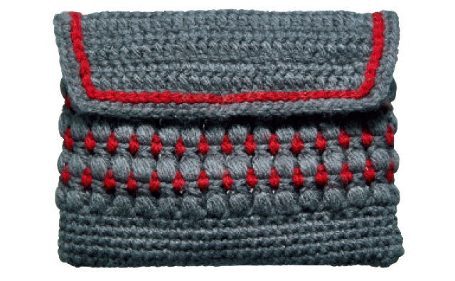 山本浩未さん使用の友人の手編みポーチ。