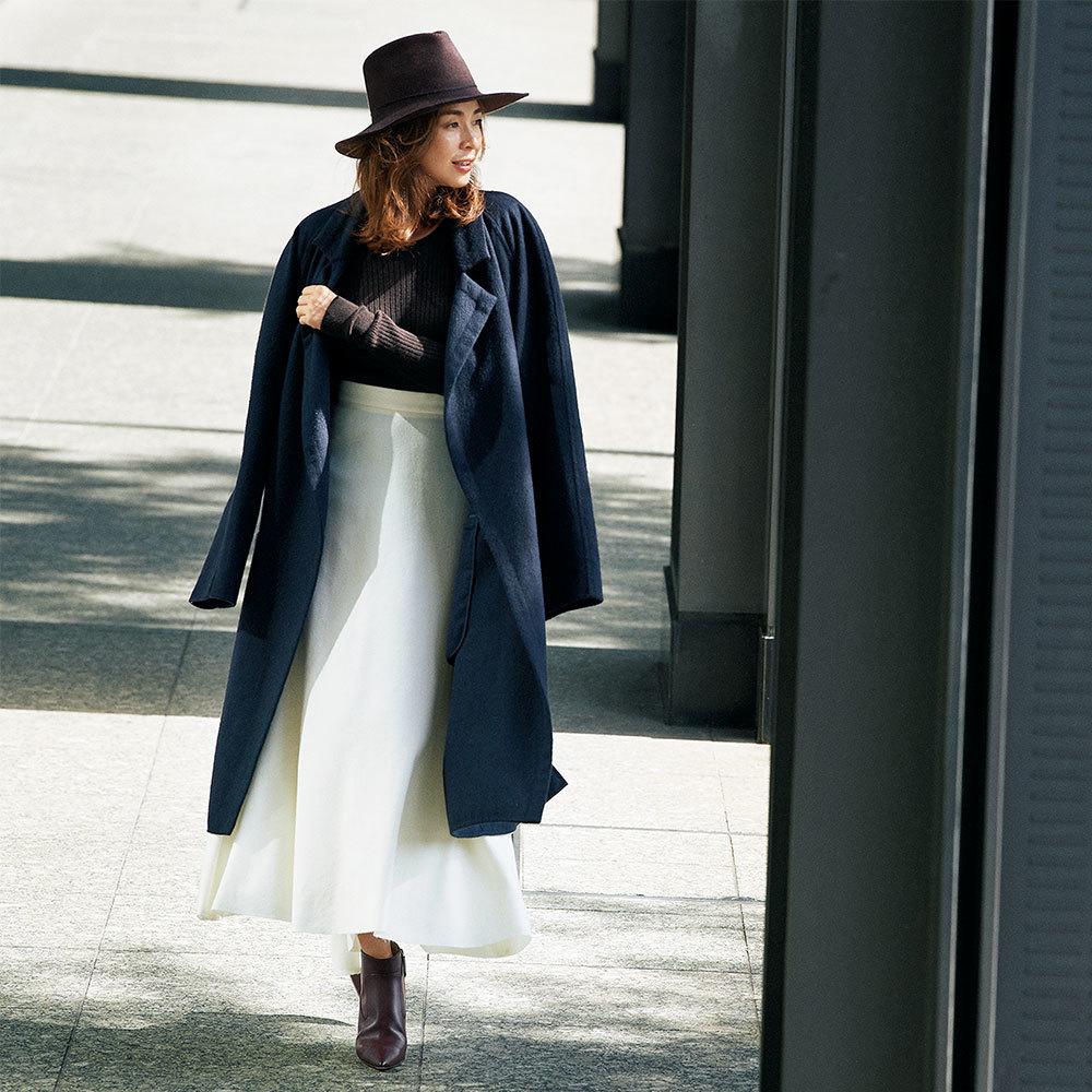 ネイビーコート×白スカートのファッションコーデ