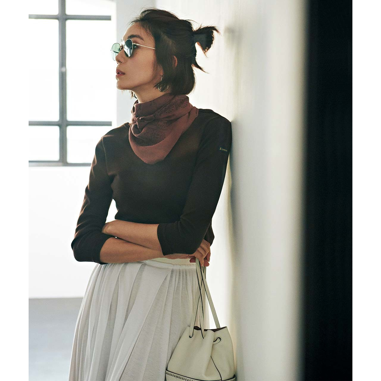 スカーフ×カットソーコーデを着たモデルの竹内友梨さん