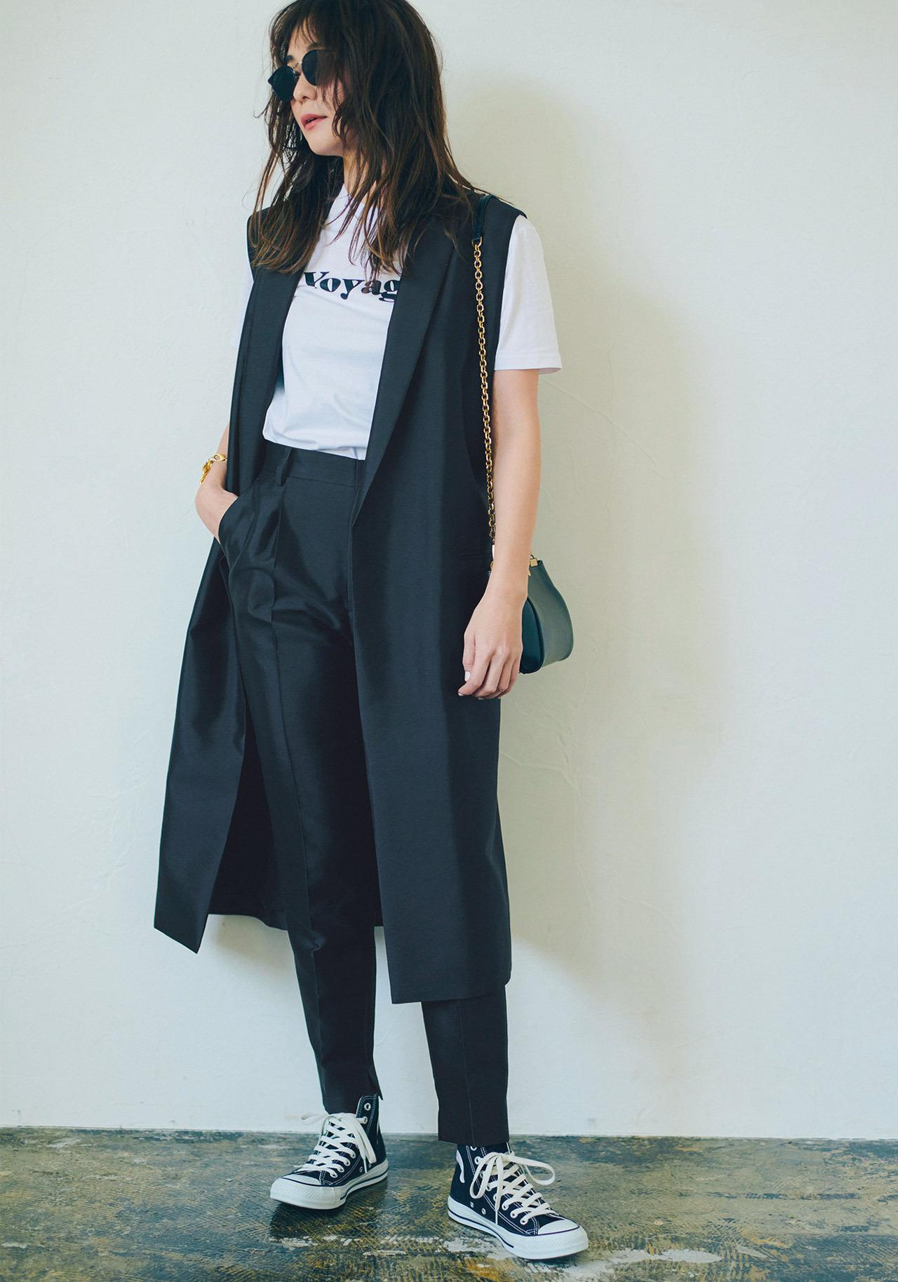 黒のロングジレ×Tシャツ×黒パンツコーデ