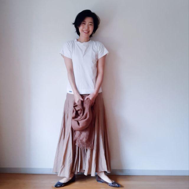 ベージュフレアスカートと白Tシャツのコーデ