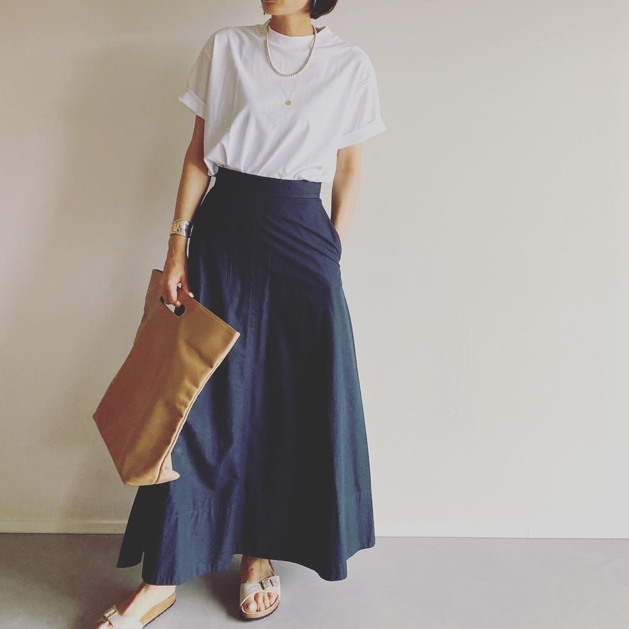 ▲シンプルな着こなしはスポーティな足元でラフなムードに。
