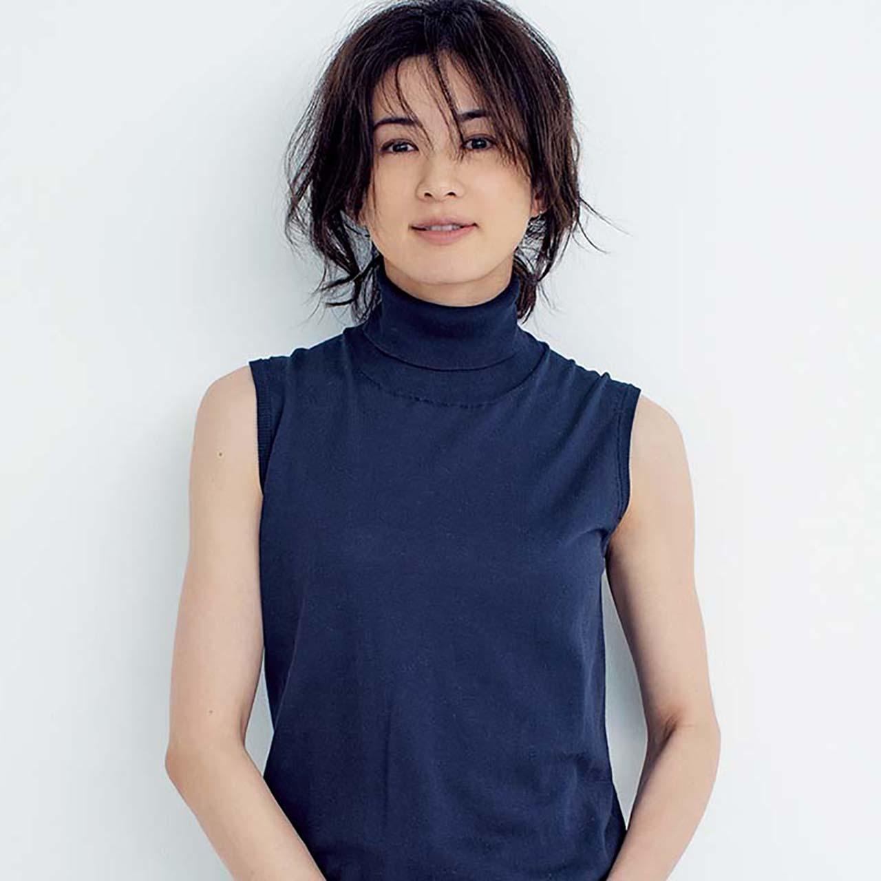 ノースリーブニットを着たモデルの高垣麗子さん