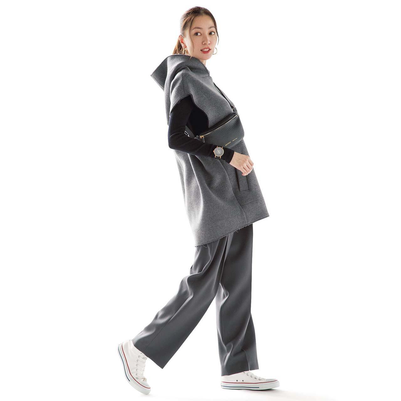 プルオーバー×パンツ×コンバースの白スニーカーコーデを着たモデルの内田ナナさん