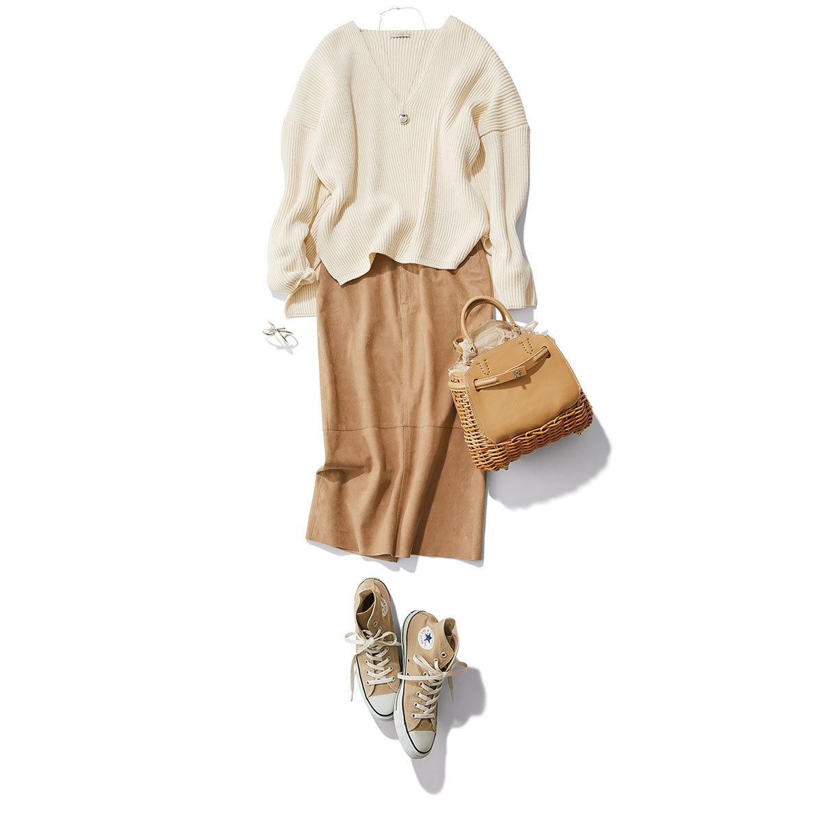 ■Vネックの白ニット×スエードのタイトスカートコーデ