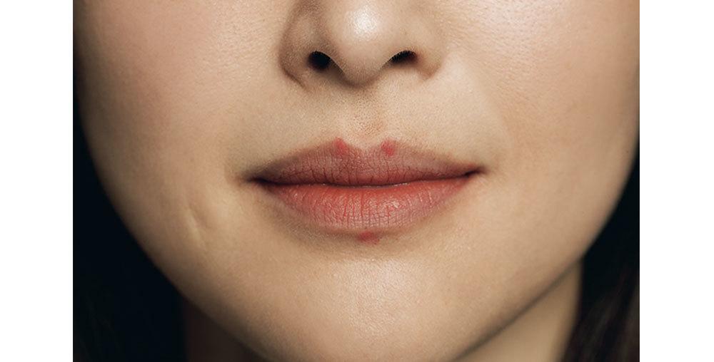 ⑦のライナーで上唇の2 つの山の頂点のすぐ上に、ペンシルの先端程度の点を入れる。下唇中央の輪郭のすぐ下にも、逆三角形に入れる