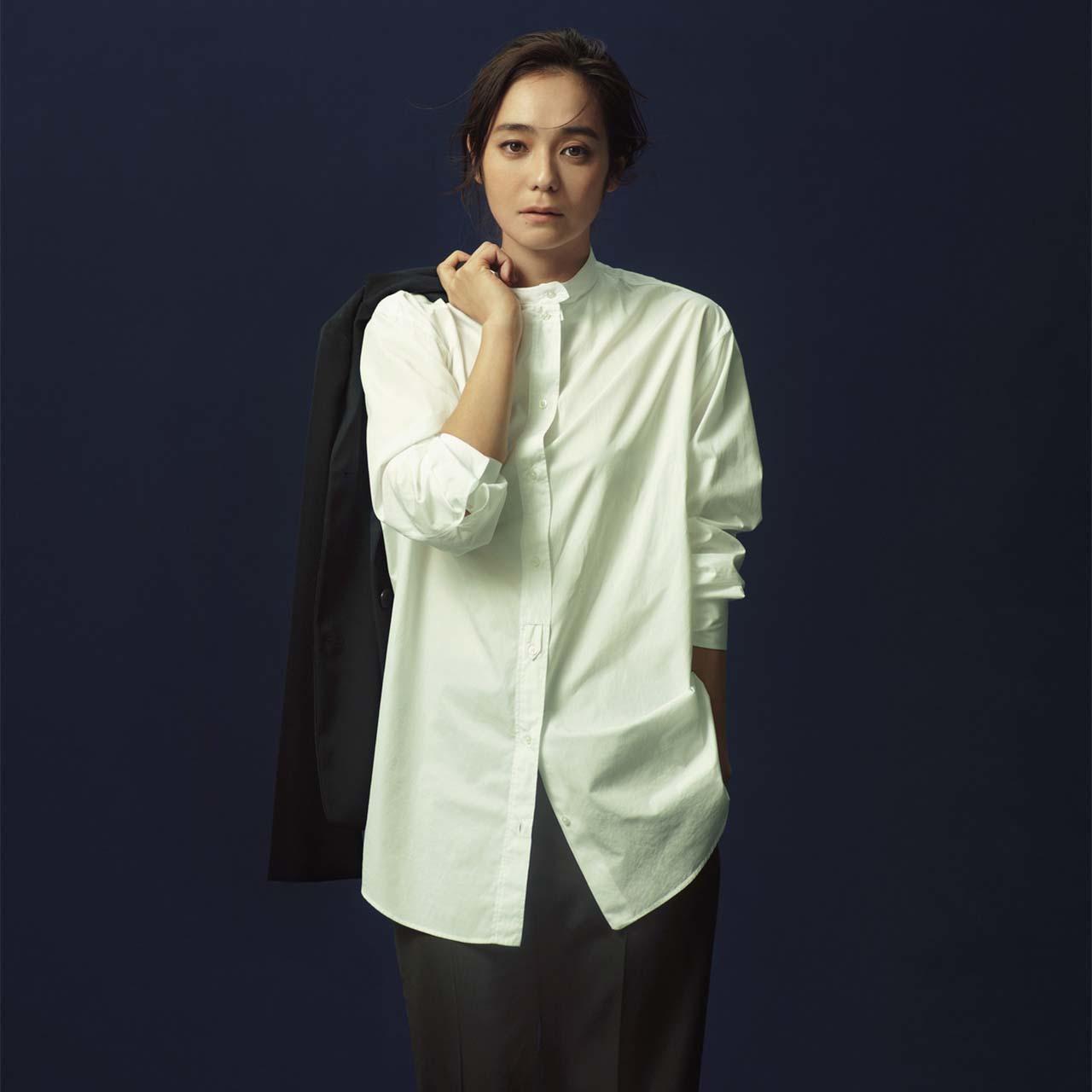 ジルサンダーの白シャツ×パンツコーデを着たモデルの竹下玲奈さん