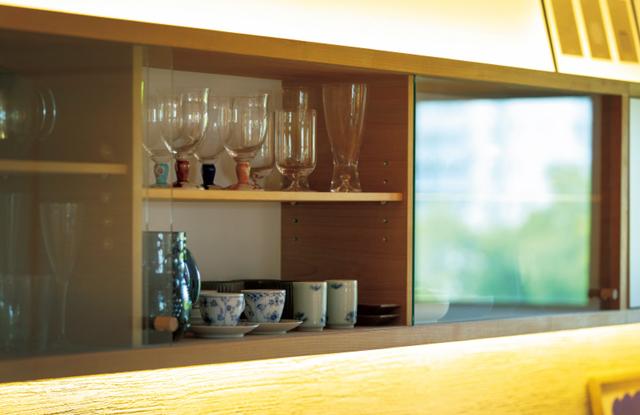 オーダーした壁付の食器棚には、集めた北欧食器やグラスが並ぶ。