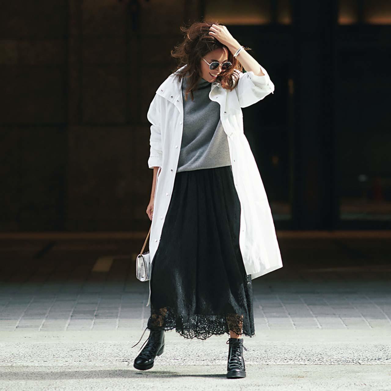 白のアスレジャーコート×ニット×レーススカートコーデを着たモデルのSHIHOさん