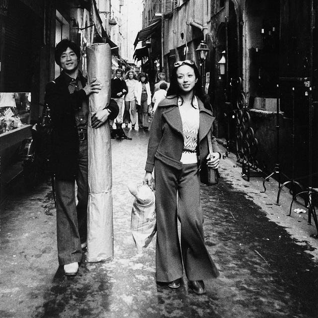 '76年、留学先のモナコで、夫の清水哲太郎さんと絨毯を買う、日常のひとコマ