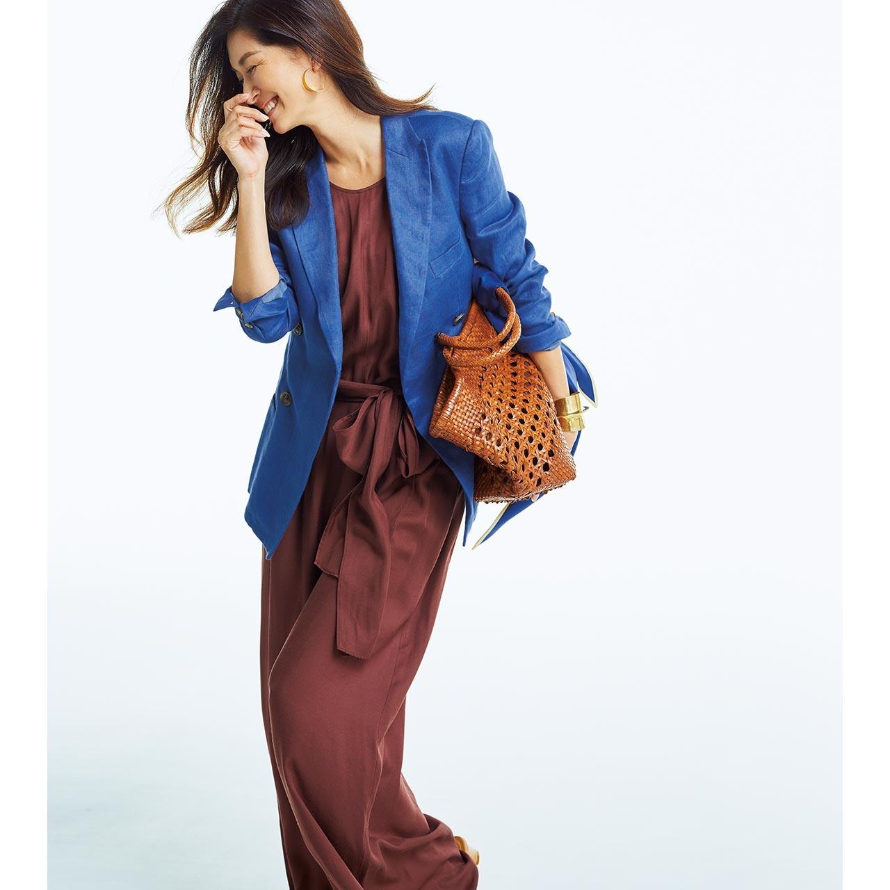ブルーのジャケット×ブラウンのオールインワンを着用したモデルのブレンダ