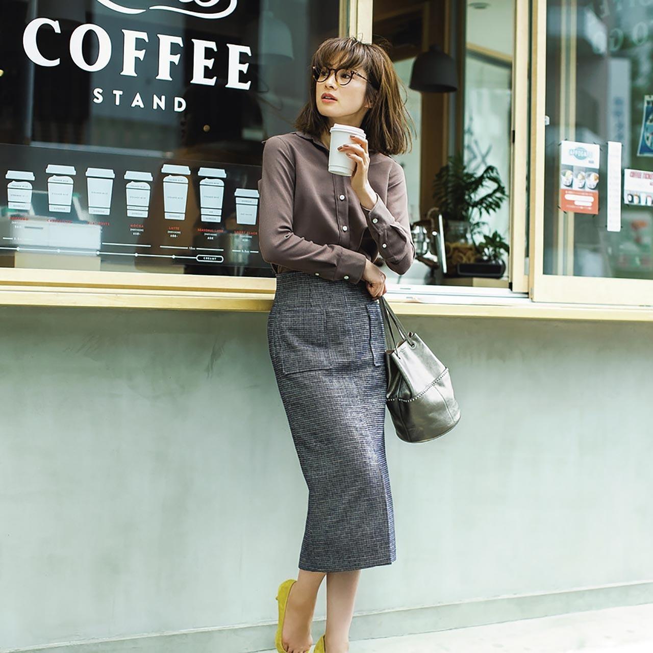 シャツ×ドビー・チェック柄スカートコーデを着用した高垣麗子