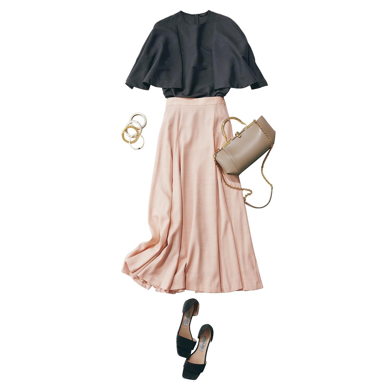 チャコールグレーのブラウス×ピンクスカートのメリハリ配色コーデ