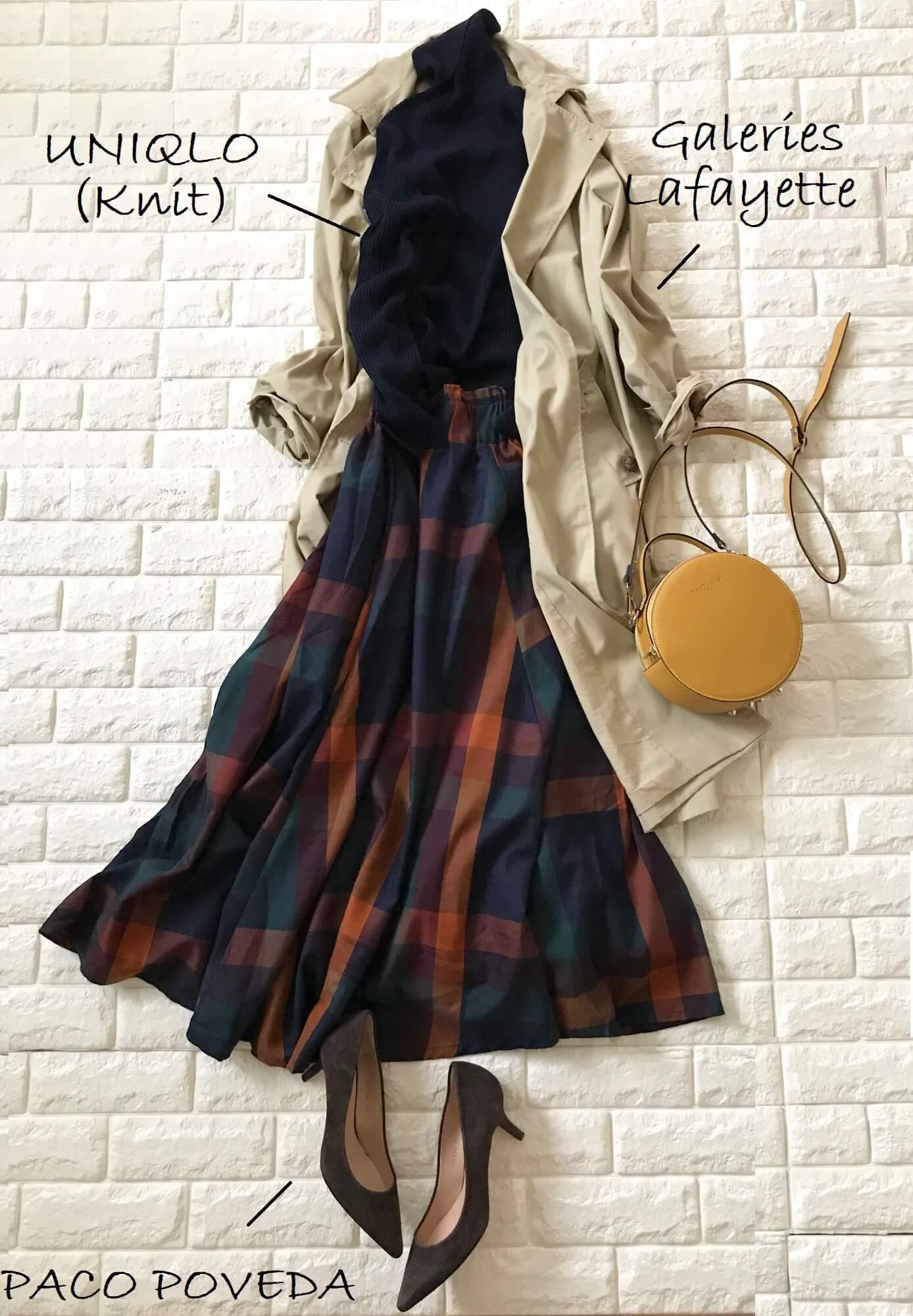 tiptopのチェック柄スカートとトレンチコートを合わせた画像