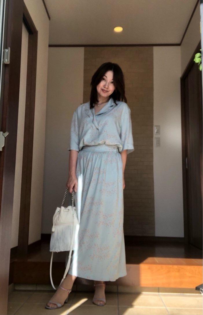 玄関 淡いブルーのセットアッップを着た女性