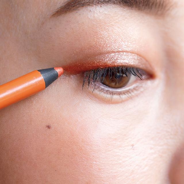 目じり1/3強にオレンジのラインを太め長めに描く