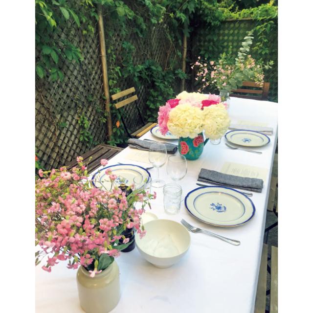 ❸結婚20周年記念ディナーは自宅の庭で。夫が用意してくれたというテーブルアレンジも素敵!