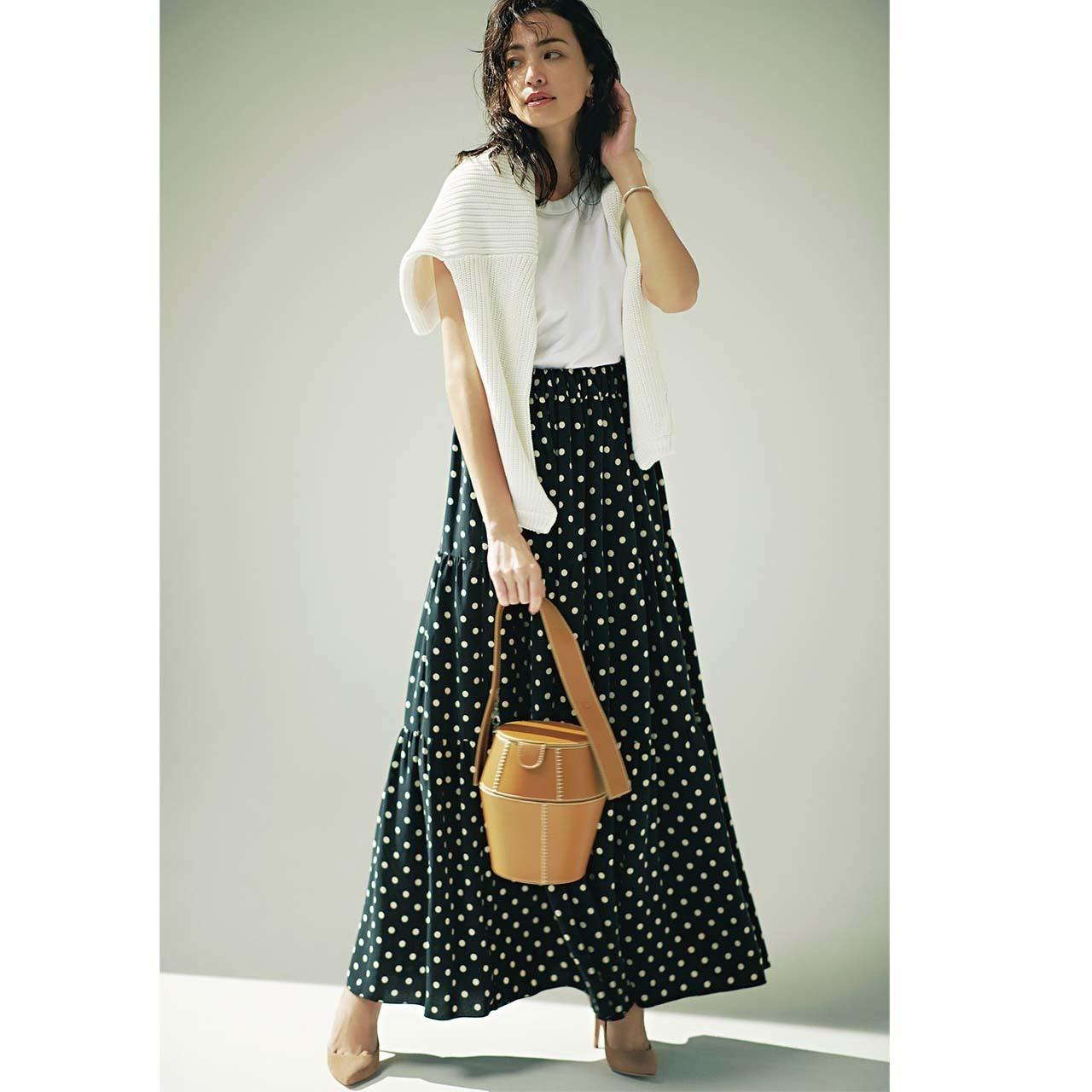 白カットソー×黒ベースのドット柄スカートのモノトーンコーデ