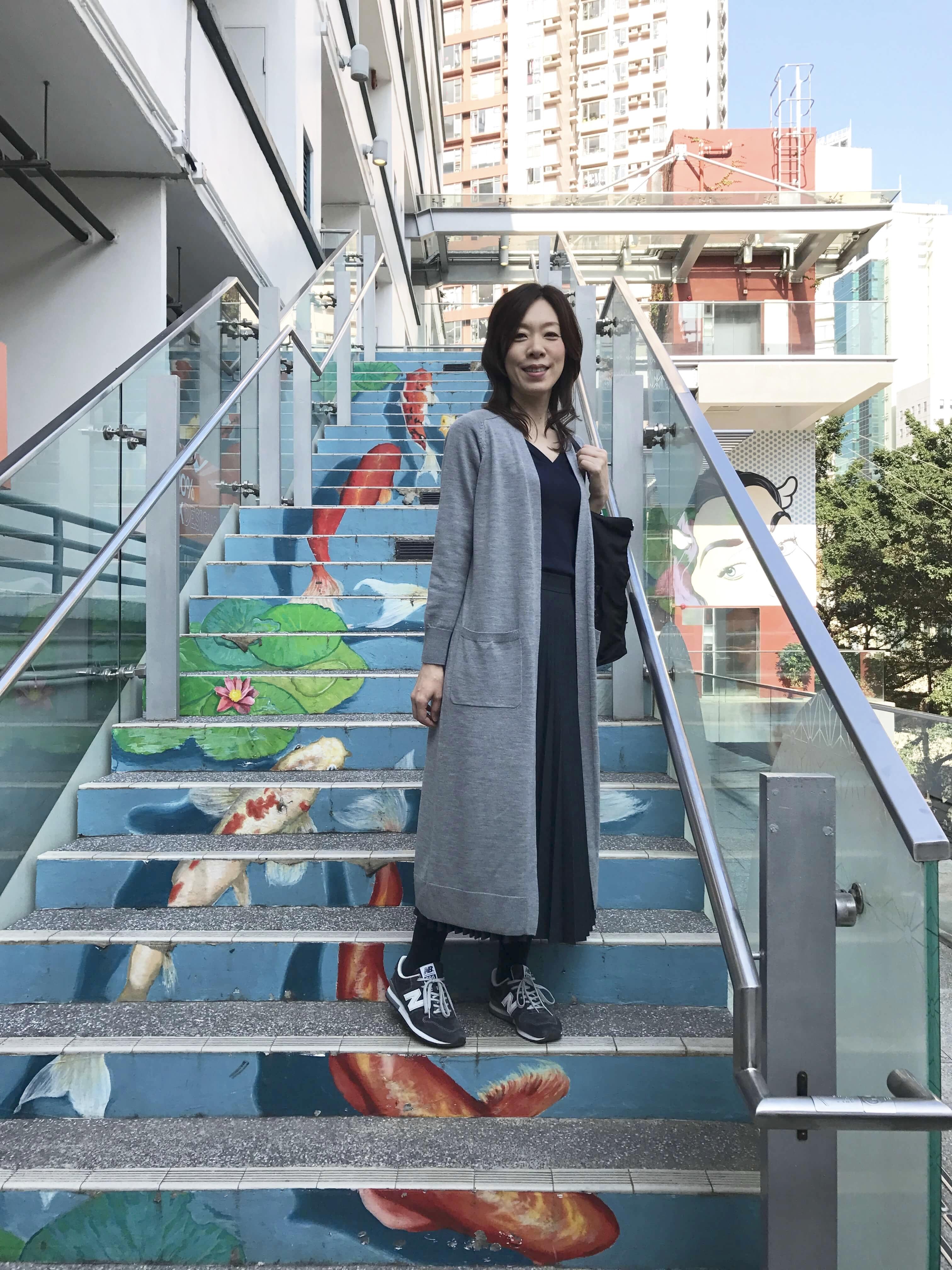 香港は21℃。旅コーデは「トレンチ」「インナーダウン」「薄ニット」があれば寒暖差も自由自在!_1_2-1