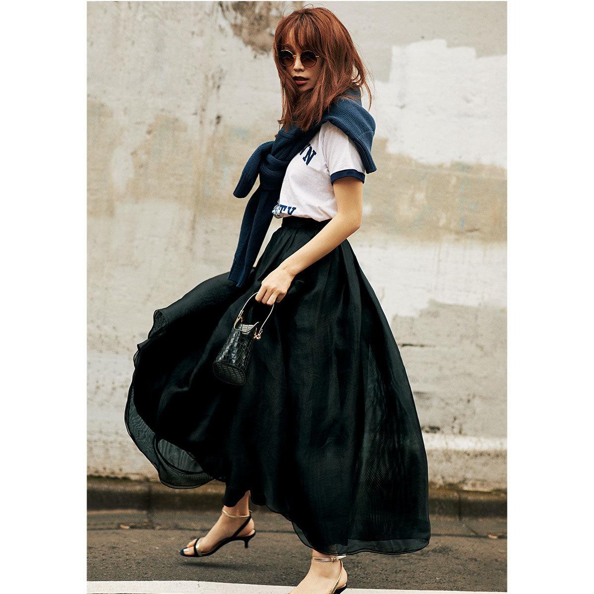 ■Tシャツ×肩がけニット×シルクのボリュームスカートコーデ