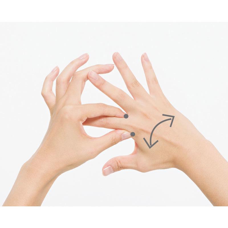 5. 指と指の間のつけ根の骨の間をつまんでブルブルと左右に手を振る。1カ所10回。左右のすべての指の間を同様に。