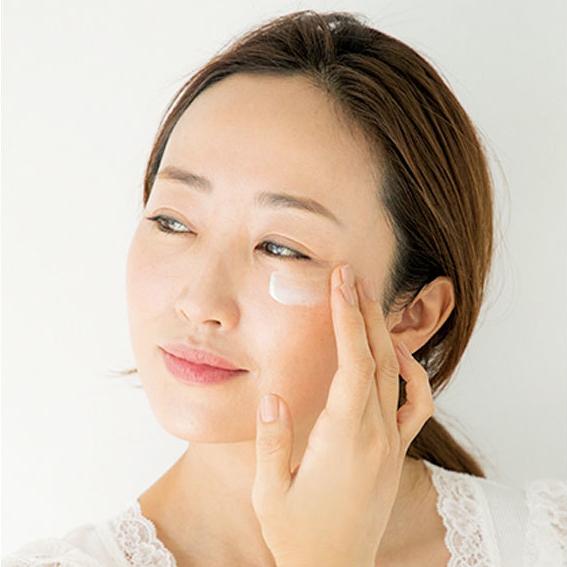 ケアをしてしばらくたってから肌に触れてみて、手に張りつく感覚がなかったら、クリームをつけ足して。