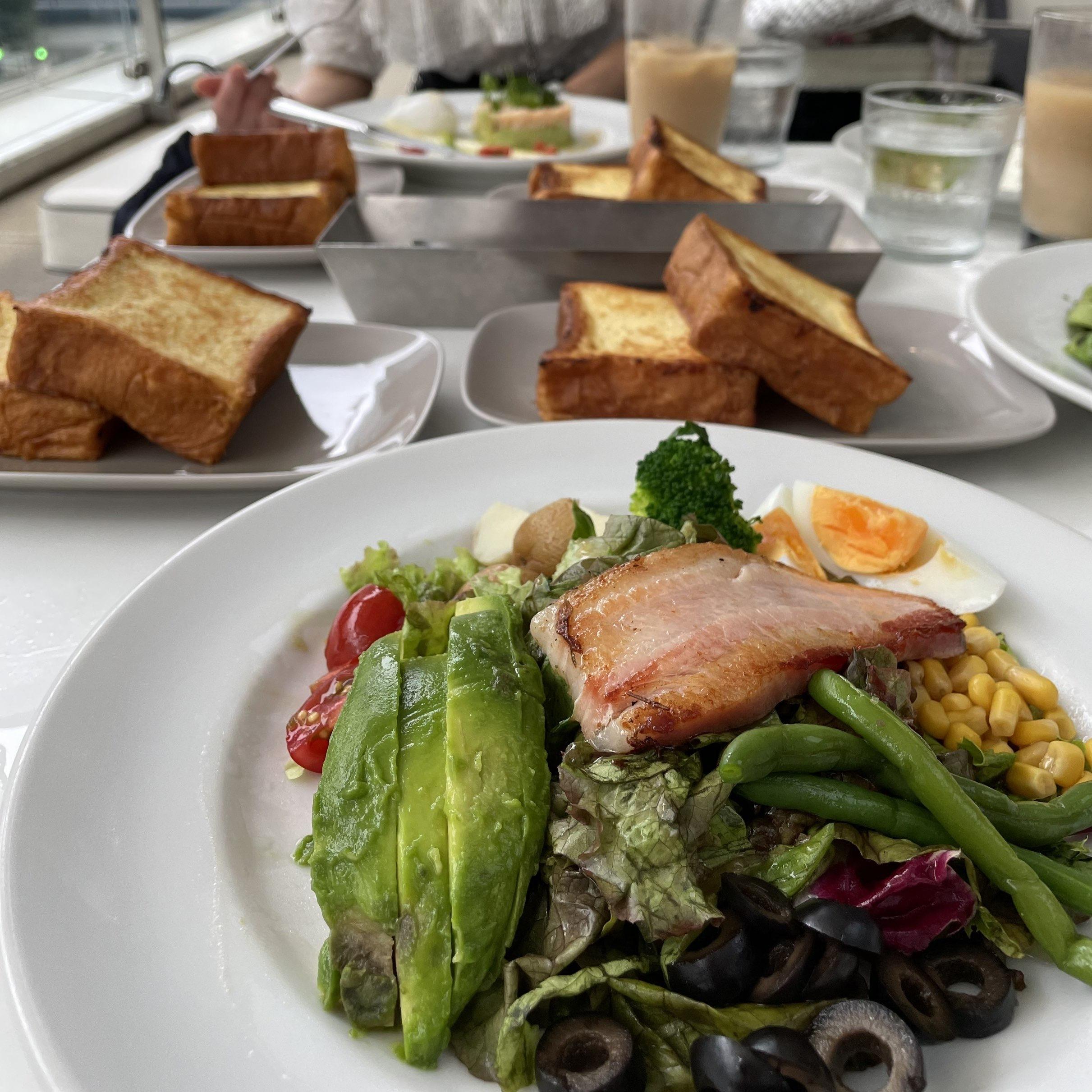 MERCER BRUNCH 銀座テラス」 ランチ、サラダ、フレンチトースト