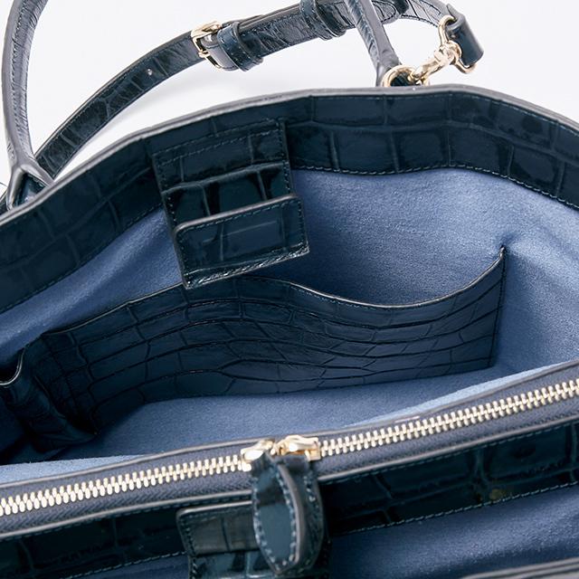 バッグの内側はスエード調の生地が使われ高級感あり