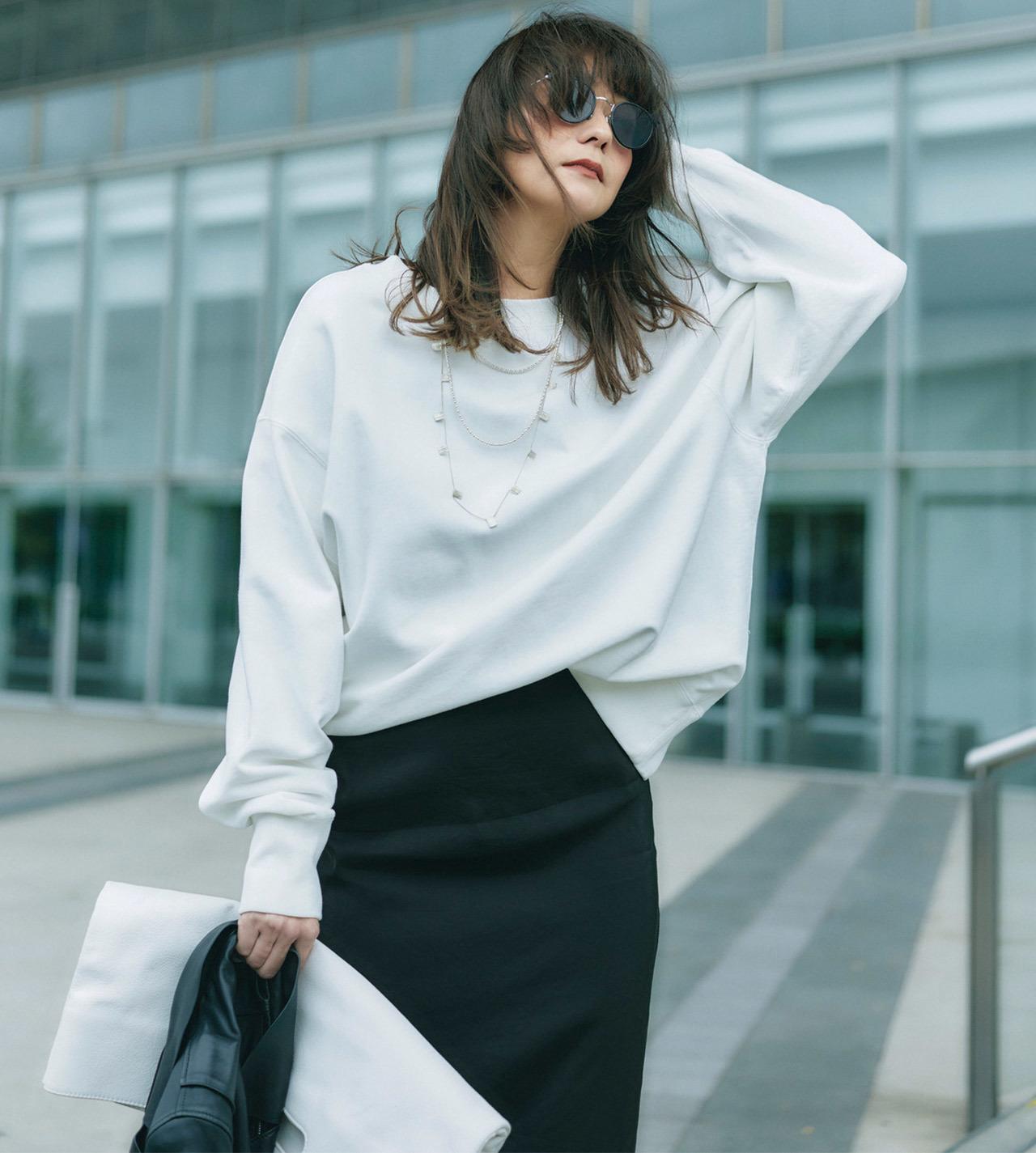 白スウェット×黒スカートコーデ