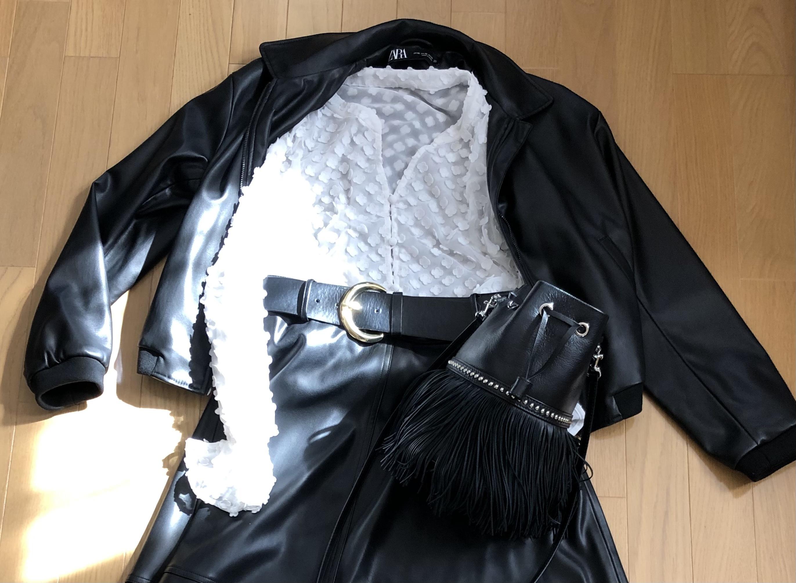 エコレザーショートブルゾン、白色ブラウス、エコレザーベルトスカート