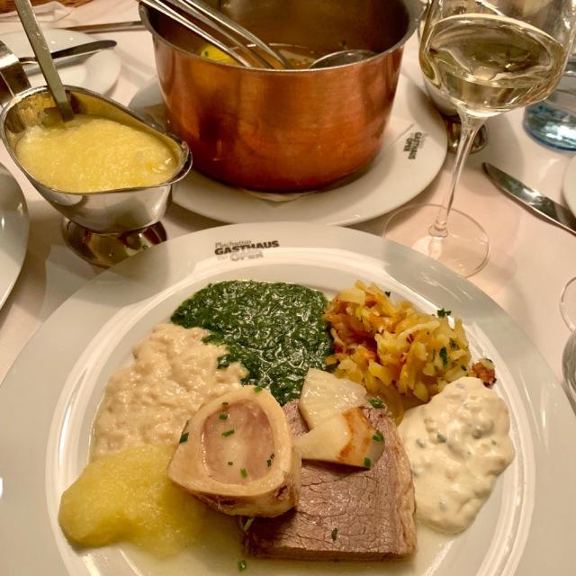 綺麗に盛られたお皿。ウエイターさんが全部やってくれるのでお任せして。