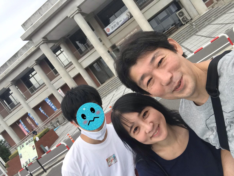 渋沢栄一記念館前にて