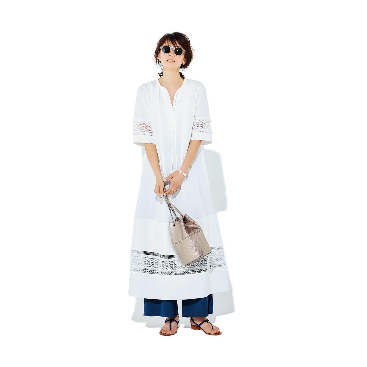 袖あり白ワンピース×パンツコーデ