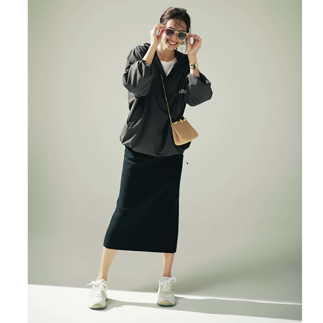 グレーのブルゾン×黒のタイトスカートのモノトーンコーデ