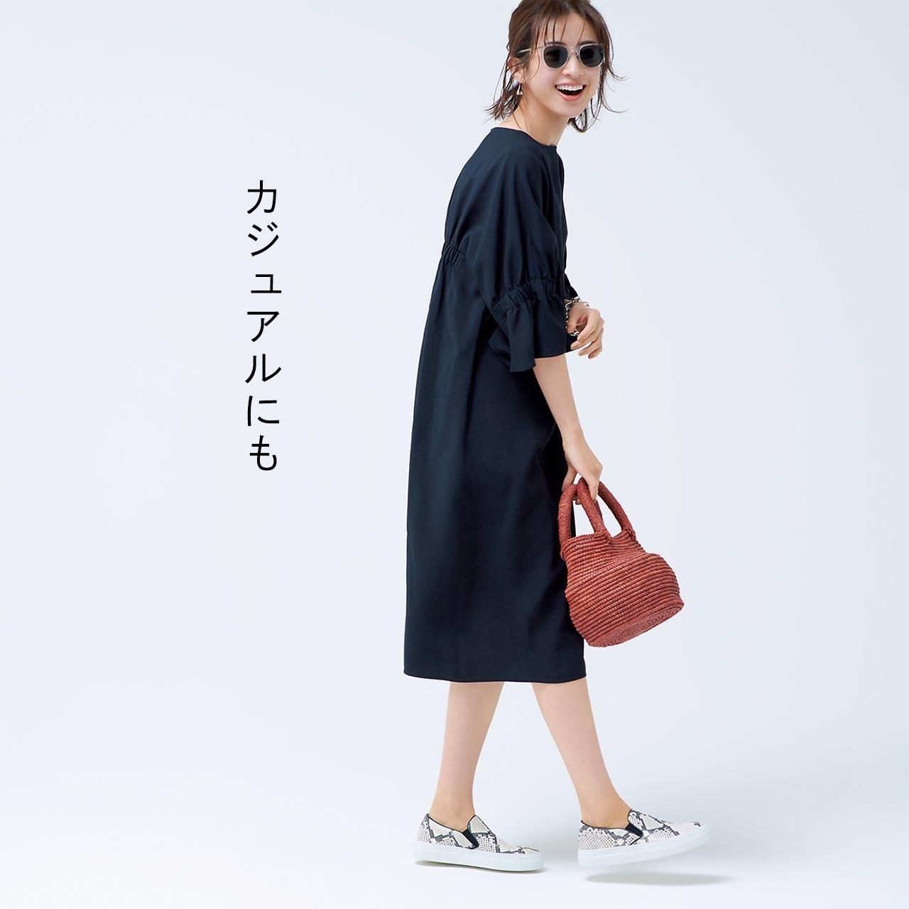 AROREのワンピースのカジュアルコーデを着た板垣麗子さん
