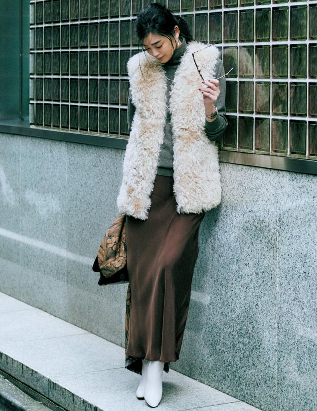 冬ならではの暖素材にしなやかなツヤ感をプラス スカート¥42,000/アパルトモン 青山店(シャイナモート)