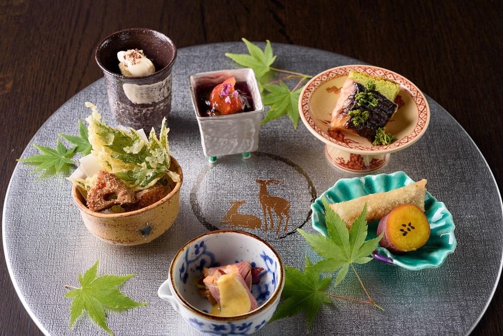 八寸にお目見えする奈良漬とフォアグラの春巻き、オマール海老を使った贅沢な飛鳥鍋など、シグネチャーな味もさまざまに登場