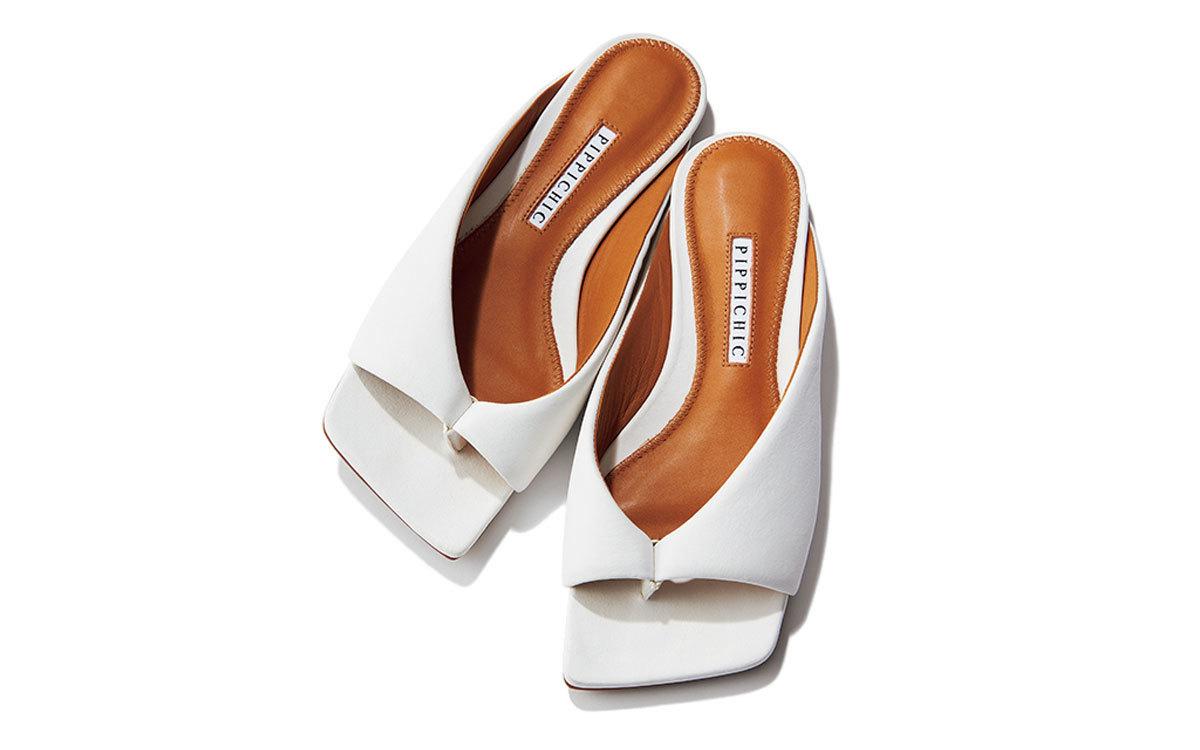 カーデさまざまな素材感を重ねたベージュのワントーンスタイルに、溶け込みながらさりげなくきわだつミュールの白。靴(1㎝)¥30,800/ベイジュ(ピッピシック)