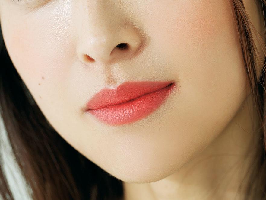 染めたようなオレンジの唇で女らしさとライブ感をプラス_1_2