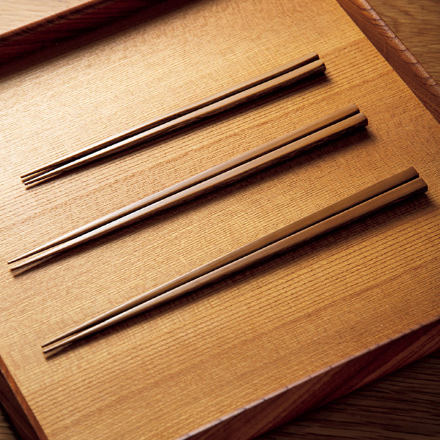細かい食材をつまみやすく仕上げた平安箸「拭き漆仕上げ