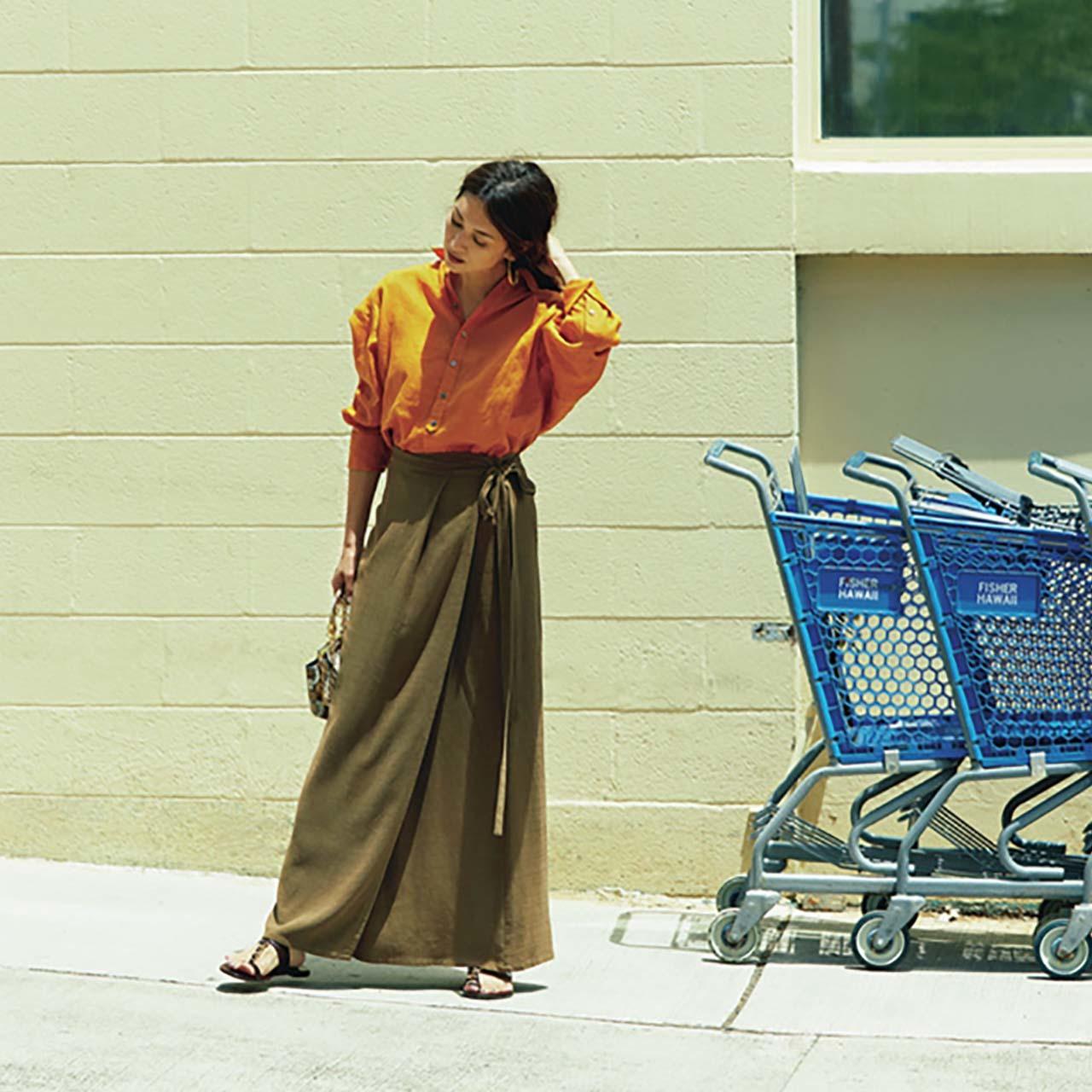 オレンジのシャツ×ラップスカートコーデを着たモデルのブレンダさん
