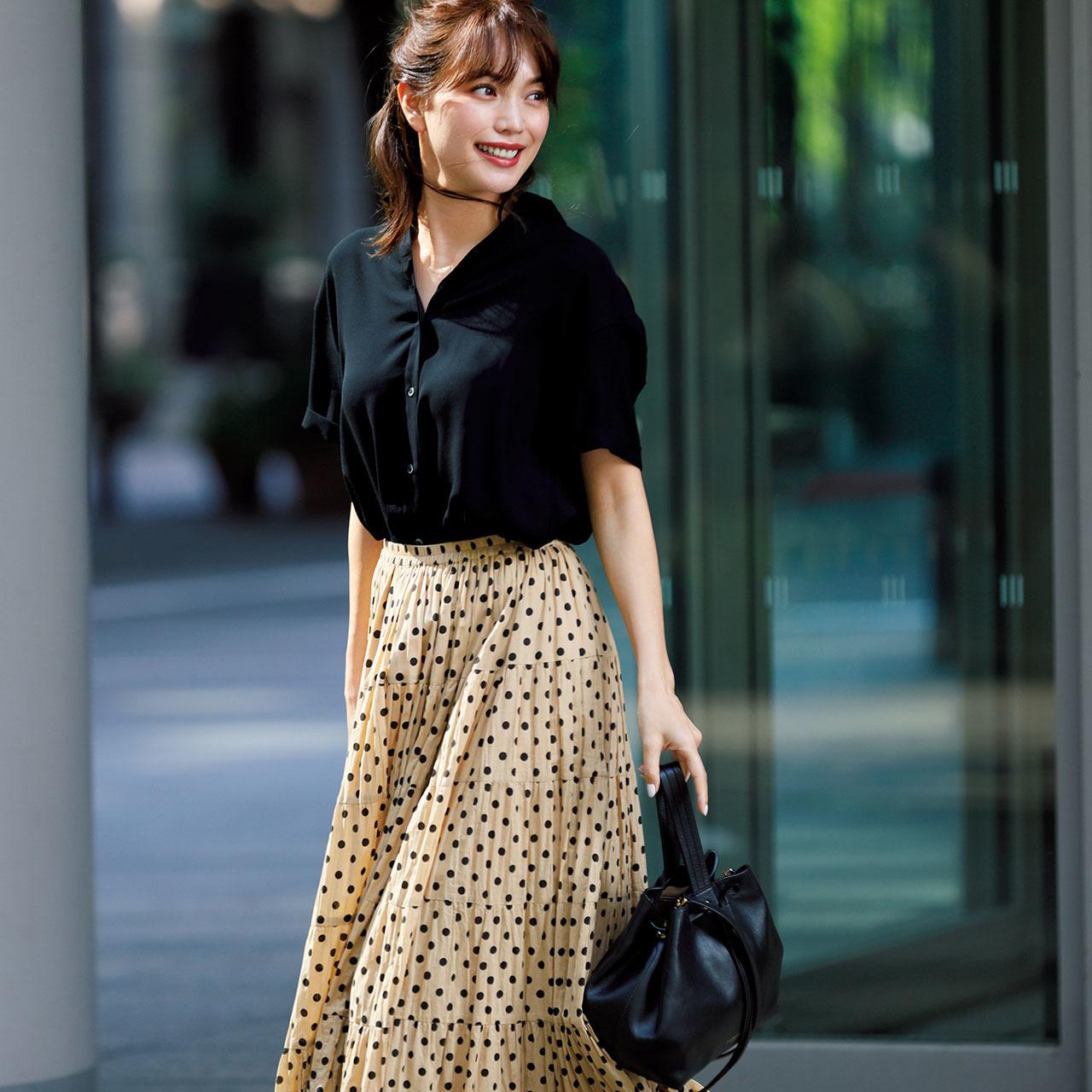 真夏の上品&きれいは「とろみ素材の黒シャツ」コーデで手に入れる!_1_2-1