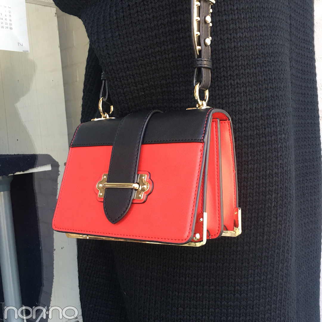 岡本杏理の冬の黒コーデ♡ ROSE BUDの赤バッグがアクセント【モデルの私服スナップ】_1_2-2