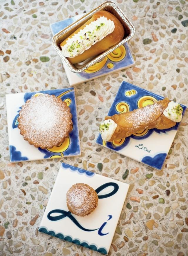 上から時計回りに。「ババ」¥700、「カンノーリ」¥800、カスタードクリームをはさんだイタリア版シュークリーム「ビーニェ」¥300、シチリアのイースター菓子「カッサテッレ フリッテ」¥750