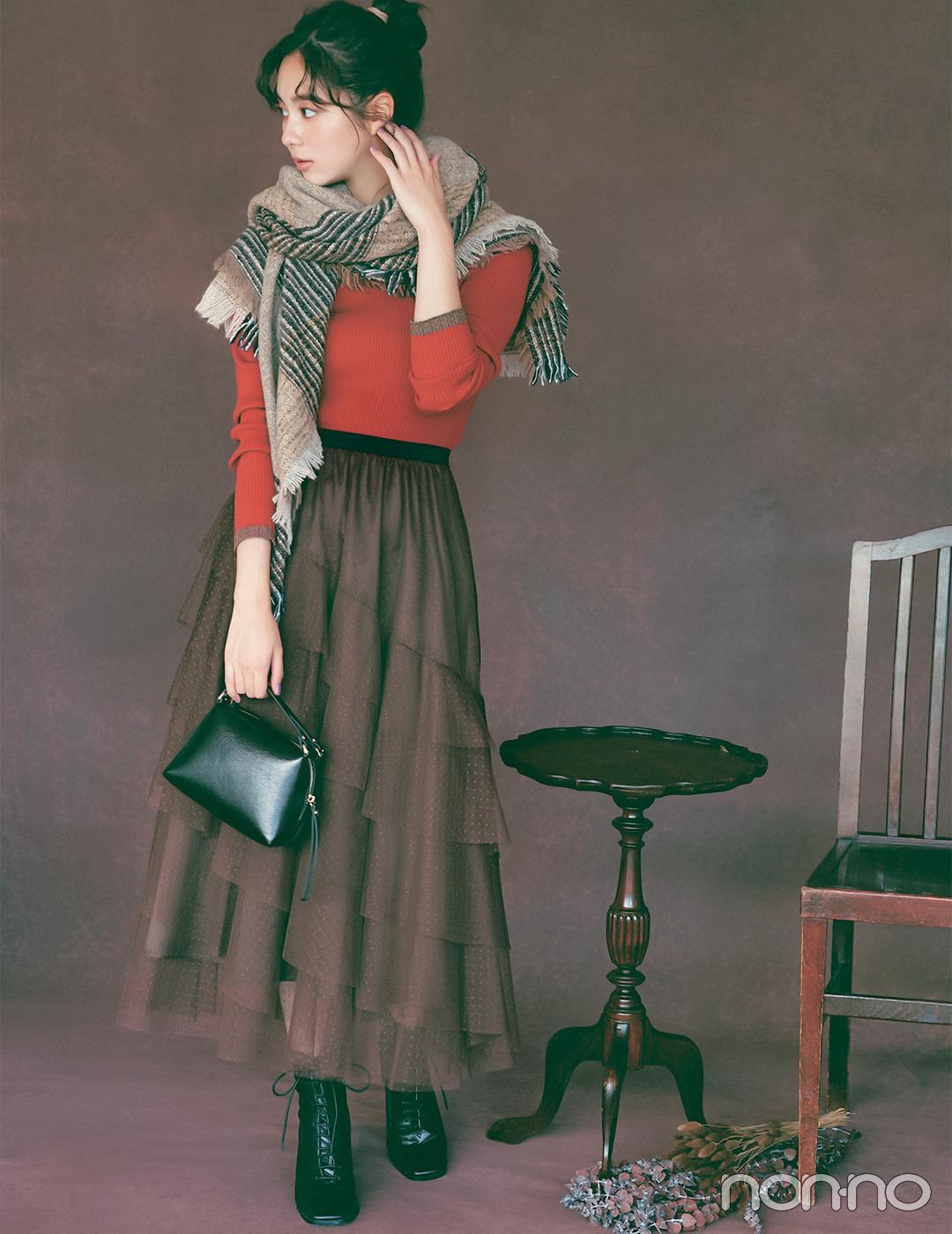 新川優愛は朱赤×ブラウン、秋気分が高まる配色でワンツーコーデを印象的に【毎日コーデ】