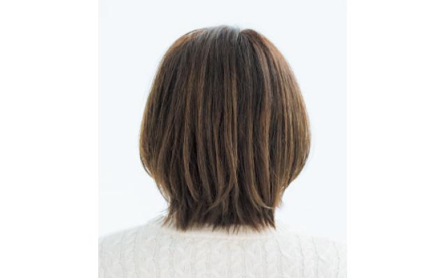肩につく長さの外ハネ毛先を利用したひし形ボブスタイルのバック