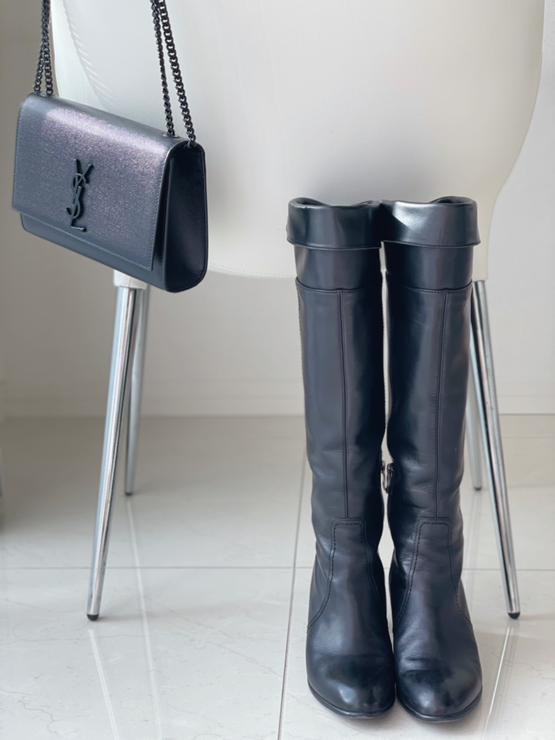 黒ロングブーツ 黒バッグ コーデ